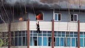 Người đàn ông nhảy từ cửa sổ tầng 3 để thoát khỏi căn hộ bị cháy