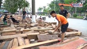 Chợ hàng trăm gian bán gỗ quý theo cân, người mua tấp nập