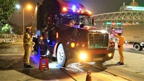 Tài xế xe quá tải bị phạt nặng: 'Cả tháng này em không có công'