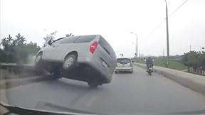 Cố vượt, xe 16 chỗ lật nghiêng giữa đường