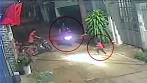 Bé gái bất ngờ lao qua đường bị xe máy tông văng