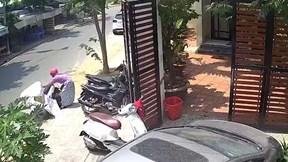 Đỗ xe máy chắn cửa và hành động của cô chủ gây tranh cãi