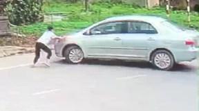 Nữ sinh liều mình chặn đầu ô tô ngăn cản người đàn ông cướp 2 két bia