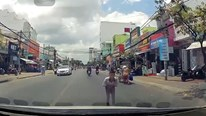 Cậu bé khoanh tay, cúi đầu cảm ơn khi được tài xế dừng xe nhường đường
