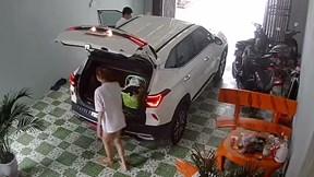 Cô vợ 'siêu lầy' chui vào cốp xe khiến chồng hoảng hốt đi tìm