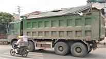 Tài xế xe tải chở phế thải, vật liệu xây dựng: Rơi vãi là bình thường