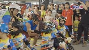 Cha con cua-rơ nhí đi máy bay ra Hà Nội để...đua xe thăng bằng