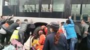 Hàng chục người xô nghiêng xe buýt để giải cứu bé gái bị kẹt chân