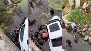 Hàng chục người hợp sức lật ô tô trên sông để giải cứu người bị kẹt