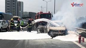Ôtô 7 chỗ bốc cháy trên đường, cao tốc Pháp Vân - Cầu Giẽ ùn tắc hơn 2 km