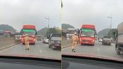 Xe khách đi ngược chiều bị CSGT bắt lùi rồi xử phạt