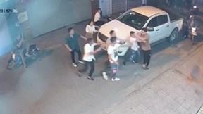 Tài xế chở bạn gái bị đánh hội đồng dã man chỉ vì bấm còi xin đường