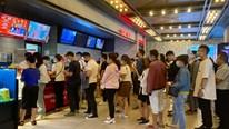 Giới trẻ đeo khẩu trang 'kéo nhau' đi xem phim trước giờ rạp chiếu đóng cửa
