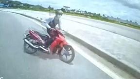 Xe máy 'ôm cua' tốc độ cao đâm trực diện xe khách