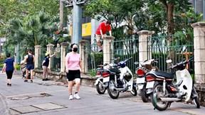 Dân Thủ đô chui rào, trèo tường vào công viên tập thể dục bất chấp lệnh cấm