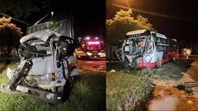 Xe khách giường nằm đối đầu xe tải, nhiều người thương vong