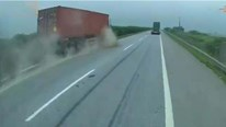 Khoảnh khắc tài xế ngủ gật, xe container trượt dài trên dải phân cách