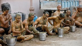 Cận cảnh dân Ấn Độ tắm phân bò để phòng và chữa Covid-19