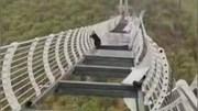 Du khách hoảng loạn vì mắc kẹt trên cầu kính cao 100m bị gió giật hỏng