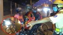 Đi xe đạp sai luật: Người bế xe bỏ chạy, người 'nấp' trốn CSGT