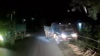 Xe ben húc đổ hàng rào nhà dân vì cố vượt ẩu tại khúc cua