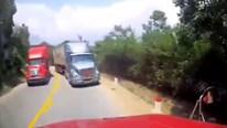 Container lấn làn đâm bung đầu xe ngược chiều đang xuống dốc tại khúc cua