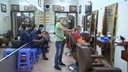 Người Hà Nội tranh thủ xếp hàng cắt tóc từ 7h sáng