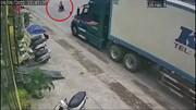 """Xe container phanh """"cháy lốp"""" vẫn tông văng xe máy băng qua đường"""