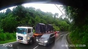 """Xe Mercedes """"liều lĩnh"""" vượt ẩu suýt đấu đầu xe khác ở đèo Bảo Lộc"""