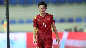 Hình ảnh Văn Toàn, Tuấn Anh sau pha vào bóng thô bạo của cầu thủ Indonesia