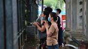 Sĩ tử vái vọng trước cổng Văn Miếu Quốc Tử Giám trước ngày thi vào lớp 10