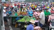 Người bán trái cây gần cổng công ty Pouyuen dương tính nCoV