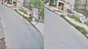 Vừa đi vừa ngoái nhìn, nam thanh niên lao thẳng xe máy vào tường