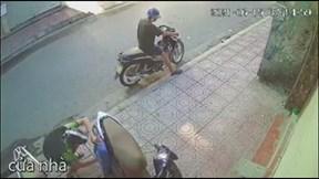 Nam thanh niên phá cốp xe máy lấy bộ điều khiển trung tâm chỉ 3 giây