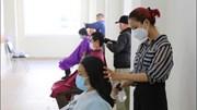 Hàng trăm nhân viên y tế được cắt tóc ngay tại bệnh viện Chợ Rẫy
