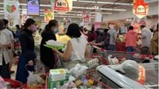 TP.HCM: Siêu thị quá tải vì người dân ùn ùn xếp hàng mua đồ tích trữ
