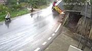 Trời mưa, xe container lật nghiêng khi vào cua tốc độ cao