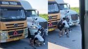 Hai tài xế container hỗn chiến giữa đường khiến giao thông ùn tắc