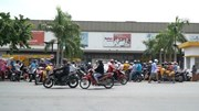 Dân đội nắng, ùn ùn xếp hàng vào siêu thị vì tin giả đóng cửa toàn TP