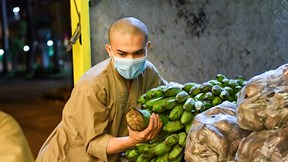 Tăng đoàn chùa Giác Ngộ xuyên đêm xếp lương thực giúp người nghèo