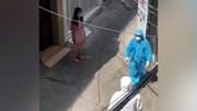 Người phụ nữ trong khu phong tỏa nằng nặc đòi xách vali, đặt vé về quê