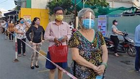 Chủ tịch TP.HCM thị sát dân đi chợ bằng phiếu kèm theo CCCD
