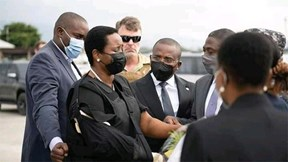 Phu nhân cố TT Haiti mặc áo chống đạn về nước sau thời gian chữa trị tại Mỹ