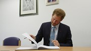 Hoàng tử Harry bí mật viết hồi ký triệu đô, Hoàng gia Anh lo lắng