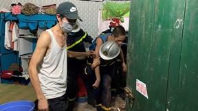Nín thở xem cảnh sát Hà Nội đục tường giải cứu thiếu niên bị mắc kẹt