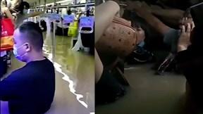Hành khách ngập hơn nửa người, mắc kẹt trong tàu điện ngầm ở Trung Quốc