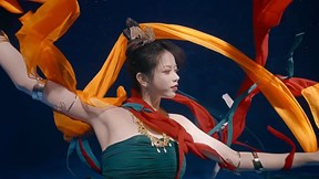 Nữ vũ công múa tuyệt đẹp dưới nước được mệnh danh là 'thần sông'