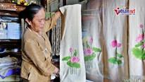 Người 'biến' cuống sen thành khăn lụa cao cấp, đưa đi khắp thế giới