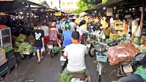 Chợ Hà Nội đông nghẹt từ sáng sớm, phải đóng bớt cửa để giãn cách