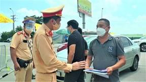 Hà Nội ngày đầu cách ly: Xe không được qua chốt, tài xế tranh cãi với CSGT
